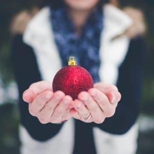 mão mostrando uma bolinha e natal