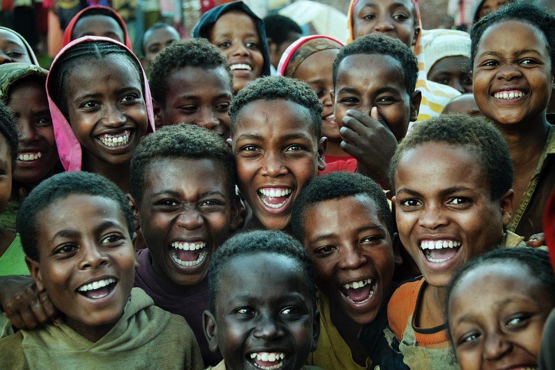 várias crianças negras sorrindo
