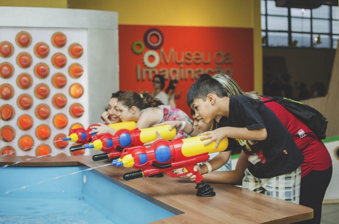 crianças brincando em museu