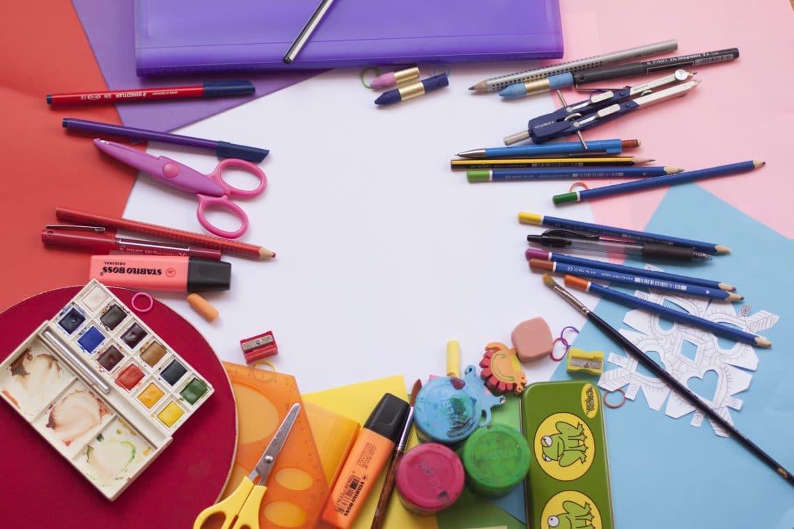 lápis e canetas coloridas em cima de uma mesa